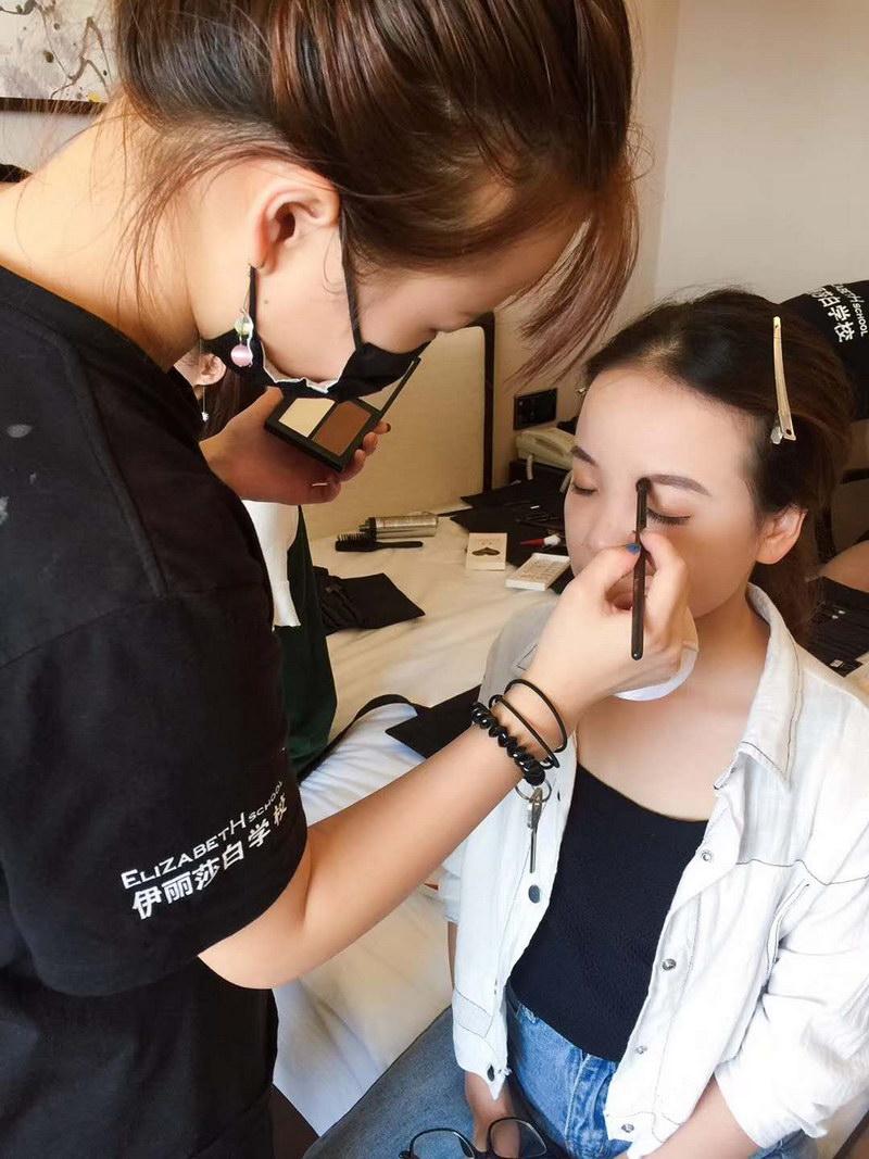 化妆学员外出跟妆